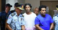 Задержанный бразильский бывший футболист Роналдиньо и его брат Роберто Ассис