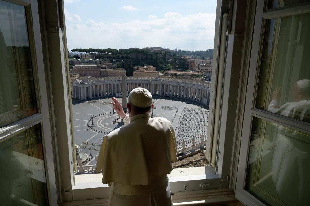Папа римский Франциск благословляет пустую площадь Святого Петра в Ватикане