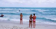 Отдыхающие на пляже в Майами (США)