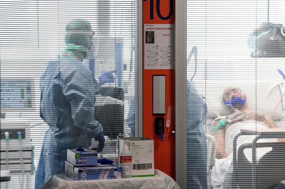 Медицинские работники осматривают пациента в новом отделении интенсивной терапии коронавируса в Ломбардии (Италия), 17 марта 2020 года