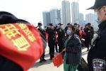 Полицейские приветствуют медицинского работника на железнодорожном вокзале Уханя, который покидает эпицентр вспышки новой коронавирусной болезни (COVID-19) в провинции Хубэй. Китай, 17 марта 2020 года