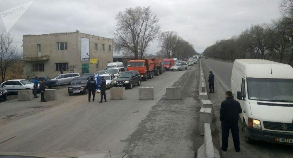 Бишкек шаарына батыш тараптан кирип келе жатканда, унаа базары тарапта бир нече чакырымга созулган тыгын пайда болду.