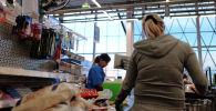 Покупатель у кассы в супермаркете. Архивное фото