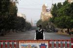 Күзөттө турган Пакистандын полиция кызматкери