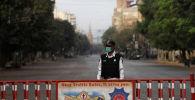 Сотрудник полиции на пустой дороге в Карачи, Пакистан. 23 мартамарта 2020 года