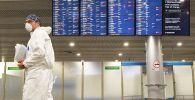 Сотрудник Роспотребнадзора встречает российских туристов, прилетевших из Черногории в аэропорту Шереметьево.