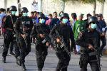 Полицейские носят маски на фоне опасений коронавируса, поскольку они охраняют матчи по крикету Суперлиги Пакистана возле Национального стадиона в Карачи, Пакистан, 12 марта 2020 года