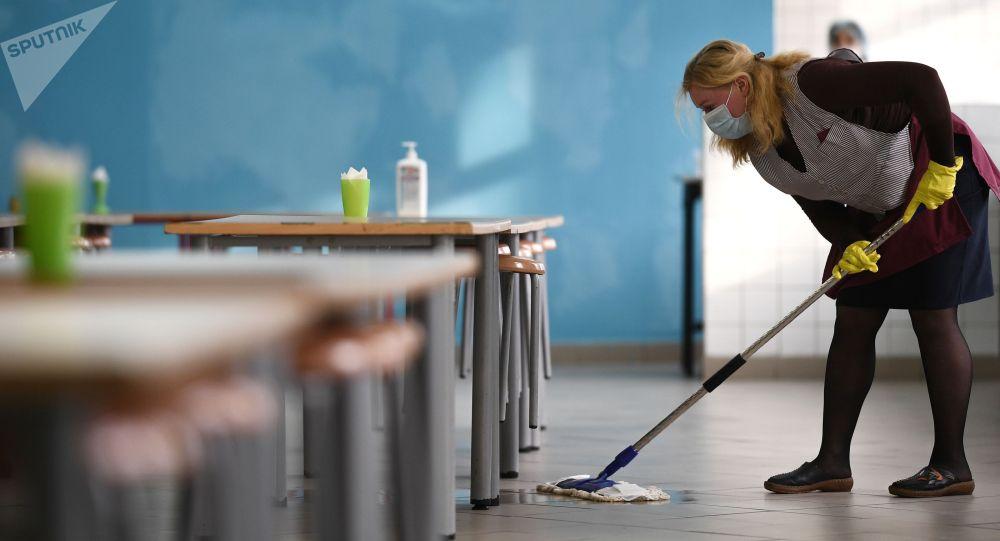 Женщина проводит санитарную обработку помещений. Архивное фото