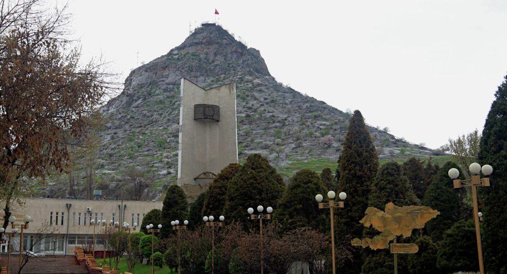 Вид на гору Сулайман-Тоо в Оше после введения чрезвычайной ситуации в Кыргызстане из-за коронавируса. Архивное фото
