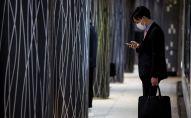 Токиодогу поезда станциясынан чыккан адам. Архивдик сүрөт