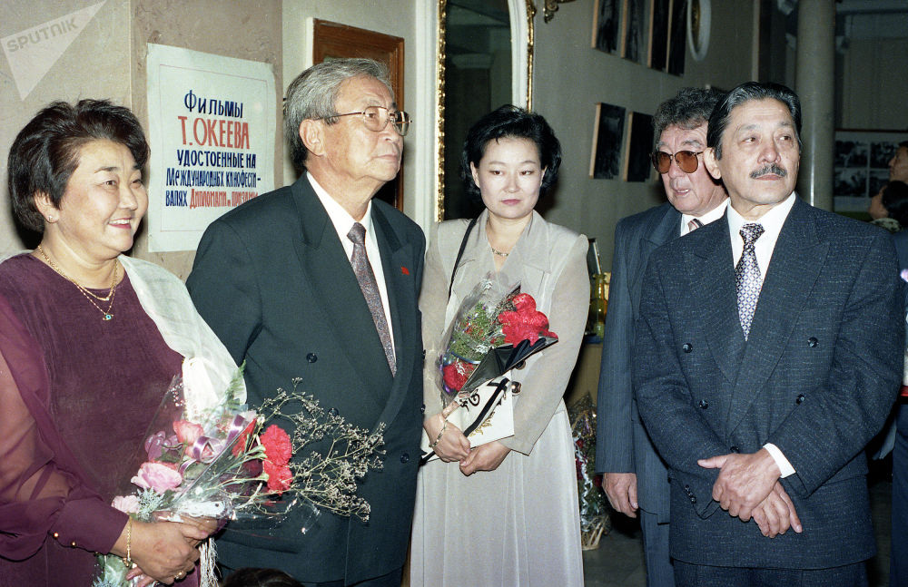 Кыргызский драматург, писатель, сценарист и режиссер Мар Байджиев (справа). 2000 год, Бишкек