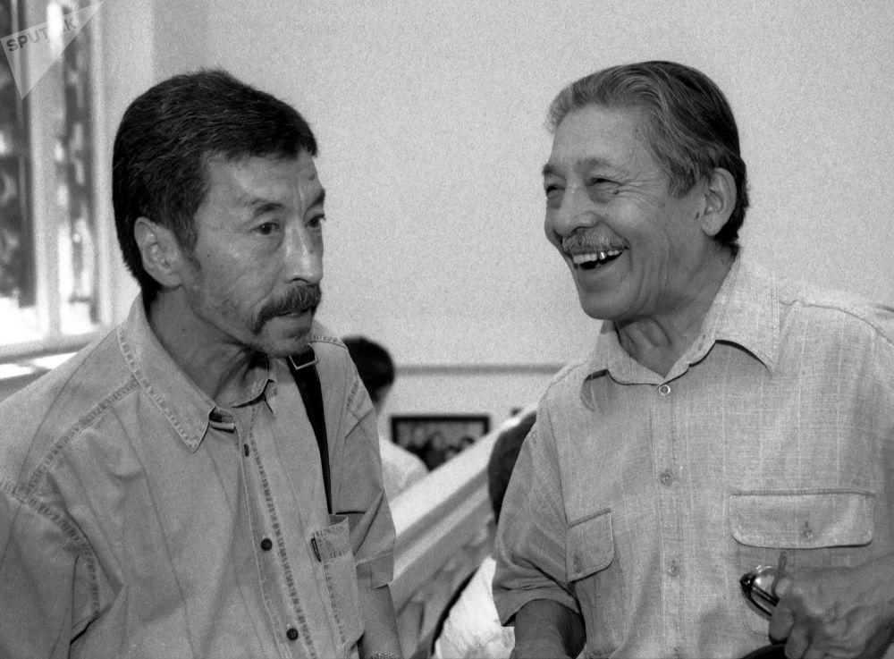Кыргызский драматург, писатель, сценарист и режиссер Мар Байджиев и режиссер Геннадий Базаров
