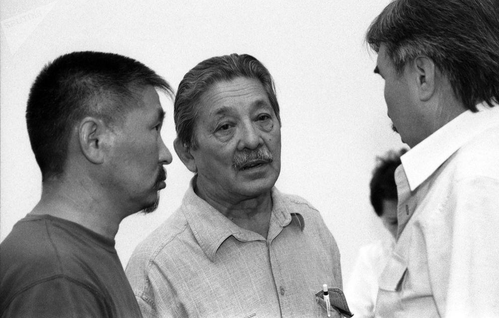 Кыргызский драматург, писатель, сценарист и режиссер Мар Байджиев и режиссер Актан Арым Кубат