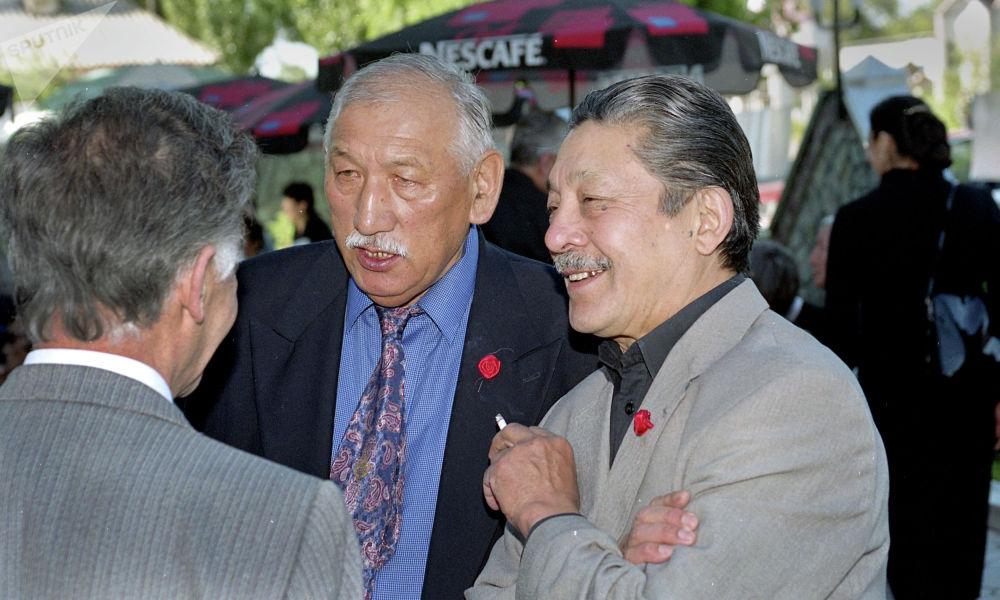 Кыргызский драматург, писатель, сценарист и режиссер Мар Байджиев и кинооператор Нуртай Борбиев