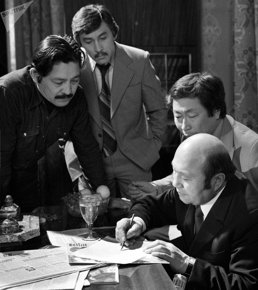 Кыргызский драматург, писатель, сценарист и режиссер Мар Байджиев на съемках фильма Золотая осень