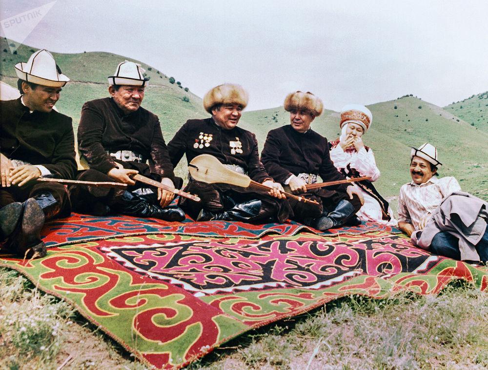 Кыргызский драматург, писатель, сценарист и режиссер Мар Байджиев с акынами на джайлоо