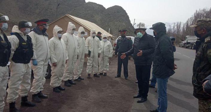 Спец одежда была передана сотрудникам КПП Сары-Чат в Кочкорском районе