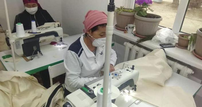 Учителя профессионального лицея №87 имени Мырзабекова в процессе работы над спец одеждой против вирусов