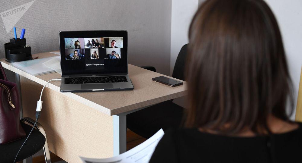 Преподаватель проводит онлайн урок в учебном классе. Архивное фото