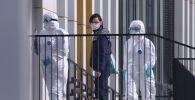 Врачи скорой медицинской помощи доставили пациента с подозрением на коронавирус в больницу в Коммунарке. Архивное фото