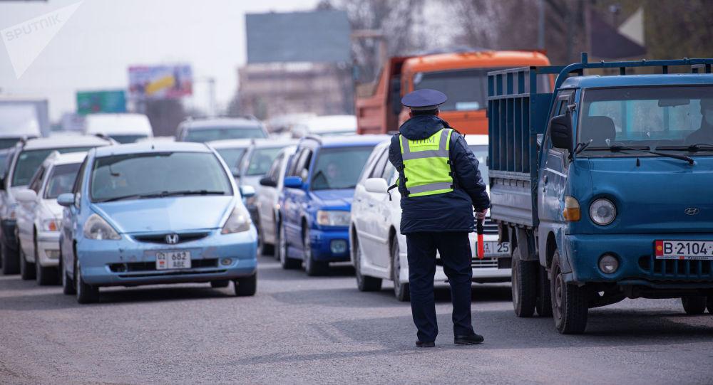Сотрудник правоохранительных органов на санитарно-карантинном блокпосту на въезде в город Бишкек
