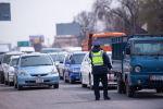 Сотрудник правоохранительных органов на санитарно-карантинном блокпосту на въезде в город Бишкек.  Данные меры приняты из-за распространения коронавирусной инфекции.