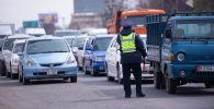Сотрудник правоохранительных органов на блокпосту на въезде в город Бишкек. Архивное фото