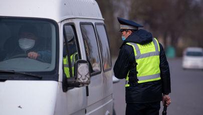 Сотрудник правоохранительных органов уточняют у водителя цели въезда в столицу на санитарно-карантинном блокпосту на въезде в город Бишкек.