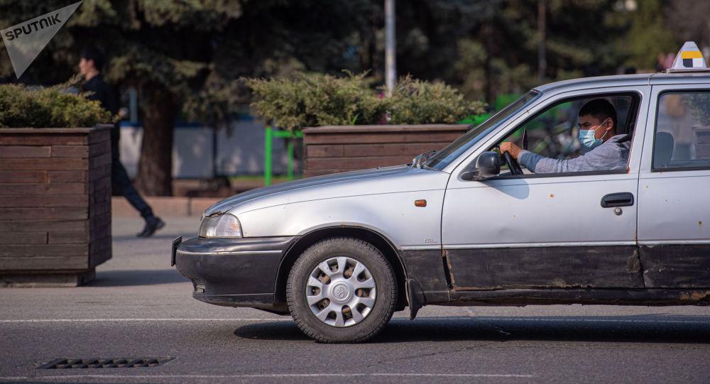 Такси на одной из улиц Бишкека. Архивное фото