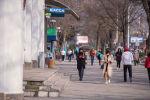 Женщины в медицинских масках  идет по проспекту Чуй в Бишкеке