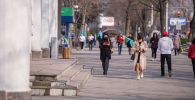 Люди в масках  идут по проспекту Чуй в Бишкеке. Архивное фото