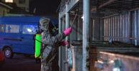 Сотрудник муниципального предприятия Тазалык во время дезинфекции мусорных баков в Бишкеке. Архивное фото