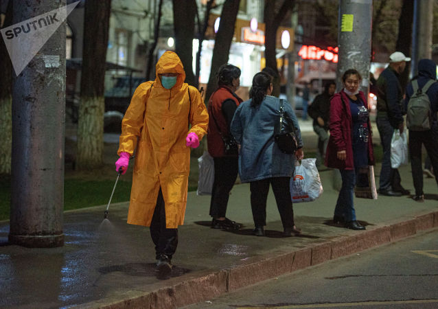 Сотрудник муниципального предприятия Тазалык во время дезинфекции остановки в Бишкеке