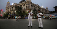 Сотрудники полиции Индии объявляют о полной изоляции из-за вспышки коронавируса, Западная Бенгалия. 23 марта 2020 года