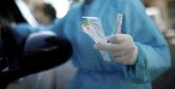 Медицинский работник проводит тест на коронавирус COVID-19. Архивное фото