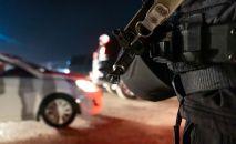 Полиция кызматкери Алма-Атадагы блокпостто. Архив