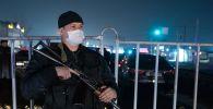 Алма-Атадагы посттогу полиция кызматкери. Архивдик сүрөт