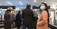 Пассажиры в медицинских масках в аэропорту. Архивное фото