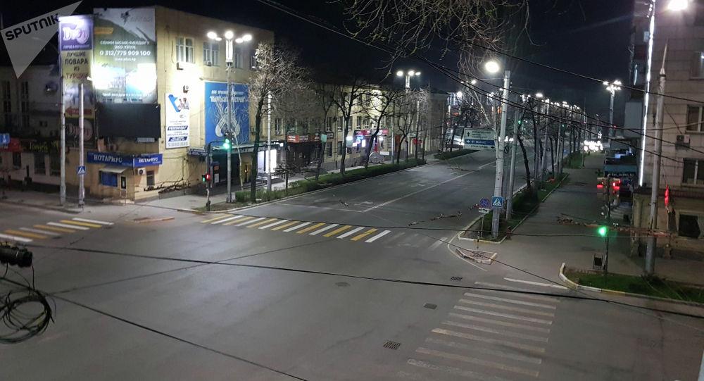 Проспект Манаса без людей и машин во время комендантского часа в ЧП в Бишкеке
