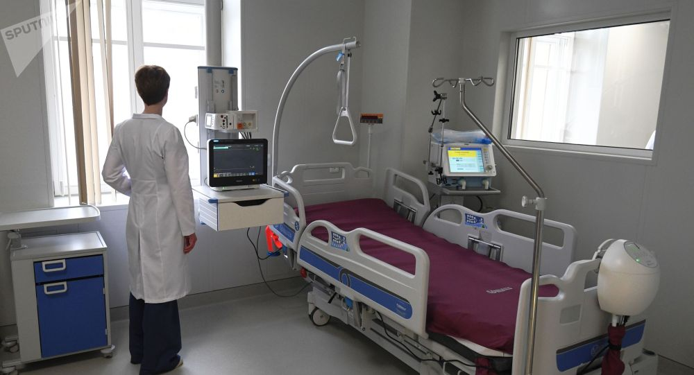 Медработник в палате интенсивной терапии. Архивное фото