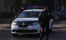 Сотрудник патрульной милиции на оцепленном квадрате в Бишкеке