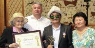 Таалайбек Боромбаев с семьей после награждения звания Гражданин года. Архивное фото