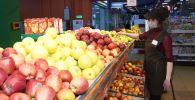 Сотрудница супермаркета. Архивное фото