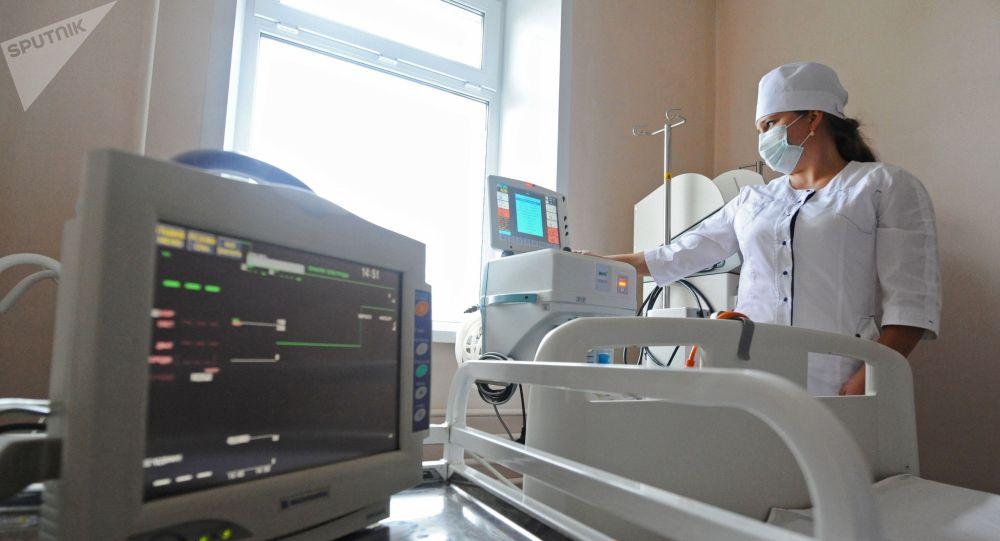 Подготовка оборудования для искусственной вентиляции легких. Архивное фото