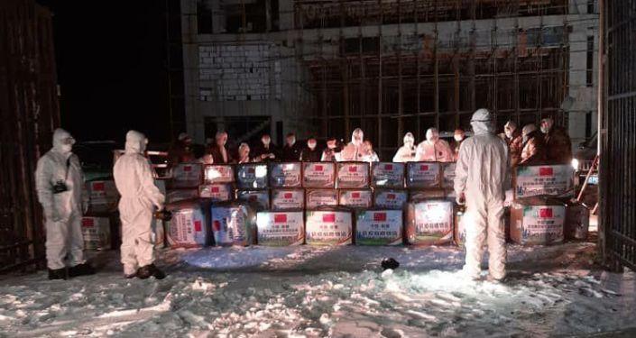 """Помощь соседнего государства была передана вчера 25 марта на контрольно-пропускном пункте """"Торугарт"""", которую принял Полномочный представитель Правительства КР в Нарынской области Эмилбек Алымкулов."""