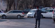Милиция кызматкерлери Бишкектин айрым көчөлөрдөн автоунааларды артка кайтарууда