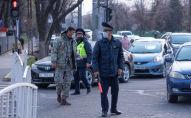 Сотрудники патрульной милиции на оцепленном квадрате