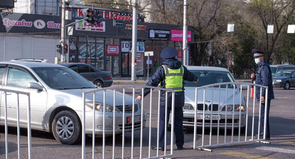 Сотрудники патрульной милиции на оцепленном квадрате между улицами Жукеева-Пудовкина, Ахунбаева, Медерова и набережной в Бишкеке