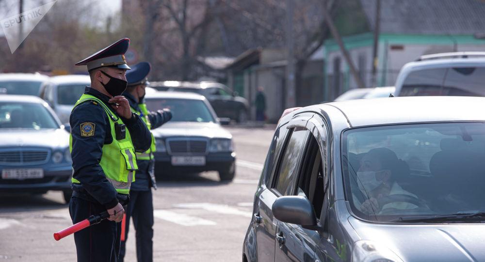 Сотрудники патрульной милиции на оцепляют улицы в Бишкеке
