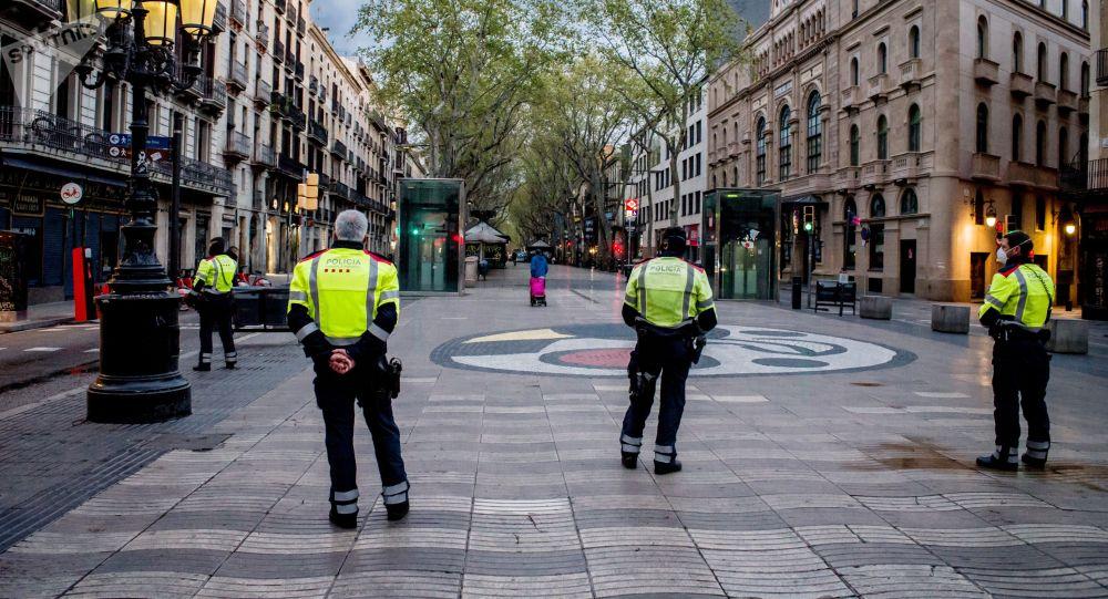 Барселонадагы полиция кызматкерлери карантинде кызмат кылууда. Архивдик сүрөт